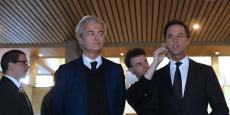 Geert Wilders, leader du parti d'extrême droite (PVV) (à gauche) et Mark Rutte, Premier ministre sortant, leader du parti conservateur (VDD), avant leur débat télévisé lundi.