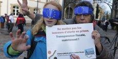 Des manifestants en faveur des lanceurs d'alerte ont exigé plus de transparence fiscale lors du procès LuxLeaks au Luxembourg en avril 2016.