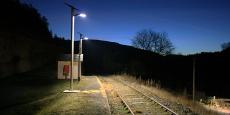 Éclairage d'un arrêt à proximité de la voie ferrée.