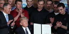 Donald Trump signe le décret éliminant les régulations sur le changement climatique de l'administration Obama, le 28 mars.