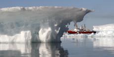 Selon les experts, cette situation atypique serait due à des vents anormalement forts, ainsi qu'au réchauffement climatique, qui accélère la fonte des glaces du Groenland.