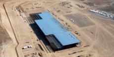 L'usine à 5 milliards de dollars (ici, au début de sa construction en mai 2015) du magnat Elon Musk, qui s'étend sur 1,8 millions de mètres carrés en plein désert du Névada, doit produire les batteries lithium-ion qui équiperont à moindre coût les 500.000 véhicules que Tesla ambitionne de construire annuellement d'ici 2018.