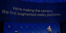 Neutraliser Snapchat reste un objectif de court et de moyen terme pour Facebook. Mark Zuckerberg voit en effet beaucoup plus loin. Pour le fondateur du réseau social, la réalité mixte, c'est-à-dire dans laquelle des éléments virtuels interagissent spontanément avec la réalité, est destinée à devenir la prochaine plateforme de masse, celle qui va supplanter le smartphone.