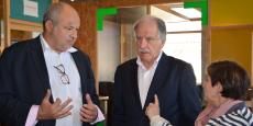 François Baffou, DG de Bordeaux Technowest, présente le bilan de l'incubateur-pépinière Newton au maire de Bègles Noël Mamère et à son adjointe Fabienne Fedou.