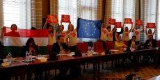 DES MANIFESTANTS INTERROMPENT UNE COMMISSION PARLEMENTAIRE EN HONGRIE
