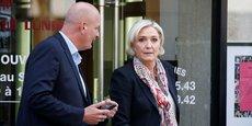 Marine Le Pen en compagnie de son garde du corps, qui aurait été rémunéré par le Parlement européen.