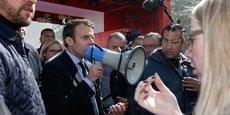 Emmanuel Macron, ce jeudi après-midi auprès des ouvriers du site Whirlpool d'Amiens qui refusent la délocalisation de leur usine en Pologne.