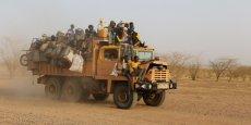 Des travailleurs d'une mine d'or traversant le désert du Niger à bord d'un camion, le 9 mai 2016.