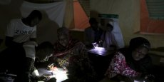 Des responsables d'un bureau de vote, surpris par une coupure d'électricité, le 21 février 2016 à Niamey, alors qu'ils sont en pleine opération de dépouillement des bulletins,