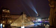 Environ plusieurs milliers de personnes se sont réunies, dimanche 7 mai pour la victoire d'Emmanuel Macron, devant le Louvre.