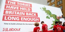 Dans le programme du Labour, qui a fuité cette semaine dans la presse, on retrouve la renationalisation des chemins et de la poste, la suppression des contrats zéro heure et des hausses d'impôts pour les personnes gagnant plus de 80.000 livres (95.000 euros) par an.