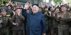 Le leader nord-coréen Kim Jung-un ovationné par ses troupes.