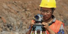 Un ingénieur chinois de la construction travaille sur le chantier de construction d'une section du chemin de fer standard Mombasa-Nairobi à Emali au Kenya, le 10 octobre 2015.
