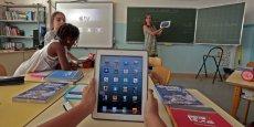 Des expérimentations similaires sont menées en France, où l'on recensait 130.000 tablettes en janvier 2015.