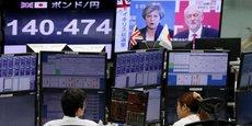 Un écran montre le taux de change entre la livre et le yen à la Bourse de Tokyo, dans la nuit du 8 au 9 juin.