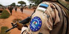 Un soldat de l'EUFOR RCA, une force opérationnelle dirigée par l'Union européenne en République centrafricaine, et remplacé depuis le 15 mars 2015 par la Mission militaire européenne de conseil en République centrafricaine (EUMAM RCA.