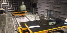 Ici, les experts de la Fnac testent une enceinte émettant de la musique à 360 degrés. L'évaluation se fait dans une « chambre anéchoïde », qui empêche toute réverbération sonore.