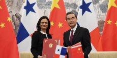 L'accord, signé mardi 13 juin à Pékin entre le Panama et la Chine par le ministre chinois des Affaires étrangères Wang Yi et son homologue panaméenne Isabel Saint Malo de Alvarado, formalise l'établissement des relations diplomatiques entre les deux pays.