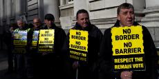 Des opposants au Brexit manifestent à Dublin, en Irlande, le 25 avril dernier. Parmi leurs revendications : pas de frontière fermée entre le Nord et le Sud de l'île.