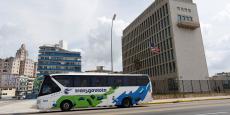 Un car de tourisme de l'entreprise nationale Transgaviota passe devant l'ambassade américaine, à La Havane.