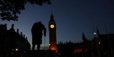 Le soleil se lève sur Westminster et la statue de Winston Churchill, à Londres, le 24 juin 2016.