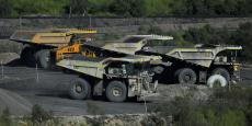 Engins chargeant du charbon sur le site minier de Rio Tinto, Hunter Valley (Australie).