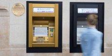 Dans son agence d'Enfield qui avait accueilli le premier automate au monde, la banque britannique Barclays a installé une machine habillée d'or pour célébrer ses 50 ans de lune de miel avec le DAB, de plus en plus concurrencé par les applications numériques.
