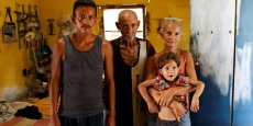 Ullay Pulgar, 43 ans, tient son fils Emmanuel 4, à côté de son mari Maikel Cuauro, 30 ans, et son père Juan Pulgar, 73 ans, alors qu'ils posent pour un portrait dans leur maison à Punto Fijo, Venezuela. Photo prise le 17 novembre 2016.