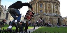 La décision du gouvernement d'augmenter les frais de scolarité avait conduit à de nombreuses manifestations en 2010, comme ici à Oxford. Les étudiants ciblaient notamment Nick Clegg, Premier ministre adjoint et leader des libéraux-démocrates, qui s'était engagé pendant la campagne à ne pas toucher aux frais de scolarité.