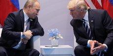 Le président russe Vladimir Poutine et son homologue américain Donald Trump, lors de leur première rencontre en marge du G20 le 7 juillet 2017 à Hambourg.
