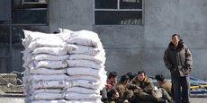 Malgré des sanctions mises en place par les Nations unies, le commerce entre les deux pays connaît actuellement une forte croissance. La Chine se défend d'enfreindre les dispositions votées à l'ONU en expliquant que les produits échangés ne sont pas concernés par les sanctions.