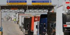 La longue file des camions à la frontière entre les Etats-Unis et le Mexique au poste frontière de Tijuana, le 18 juillet 2017.