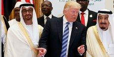 Lors du sommet américano-arabe de Riyad, le 21 mai 2017,  le président Donald Trump en conversation avec le roi Abdallah II d'Arabie saoudite (dr) et le prince héritier d'Abu Dhabi, le cheikh Mohammed bin Zayed al-Nahyan.