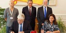 Anne Hidalgo (à droite), la maire de Paris, et Pierre-René Lemas (à gauche), le directeur général de la Caisse des Dépôts, ont signé ce mardi une convention de partenariat avec le soutien de l'Ademe (Bruno Lechevin, en haut à droite) et de Paris Europlace (Gérard Mestrallet, au centre, aux côtés de l'adjoint à la maire Mao Peninou).