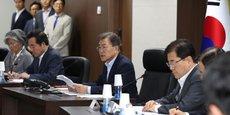 Le président sud-coréen Moon Jae-in préside le Conseil national de sécurité à la Maison bleue présidentielle à Séoul, en Corée du Sud, le 4 juillet 2017.