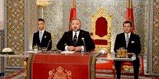 Le roi du Maroc, Mohammed VI, entouré de son fils et prince héritier Moulay Hassan, et de son frère le prince Moulay Rachid.