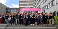 Au centre de cette photo de famille à l'occasion de la réunion de soutien du 26 juin 2017, Damien Castelain, président de la Métropole européenne de Lille (MEL), et Bernard Lapasset, co-président du comité Paris 2014, tiennent ensemble l'emblème en relief de Paris 2024. Photo Alexandre Traisnel/MEL