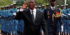 Le président ivoirien Alassane Ouattara passant en revue un détachement de l'armée, lors du 57e anniversaire de l'indépendance de la Côte d'Ivoire, le 7 août 2017 à Abidjan. A sa gauche, le chef d'Etat-major des armées, le général Sekou Toure.