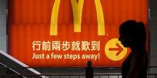 Une femme passe devant une prise McDonald's à Hong Kong, en Chine, le 25 juillet 2014.