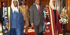 Le président kényan Uhuru Kenyatta (m).