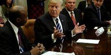 Kenneth Frazier (à gauche) en discussion avec Donald Trump, fin janvier.