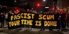 Manifestation anti-fasciste à Oakland, Californie, après la manifestation de Charlottesville.