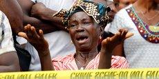 Une mère qui a perdu son fils dans la catastrophe attend devant l'hôpital Connaught à Freetown d'où les personnes décédées ont été acheminées à Waterloo pour leur enterrement, ce jeudi 17 août.