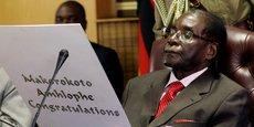 Le président du Zimbabwe, Robert Mugabe, lit une carte pendant la célébration de ses 93 ans à Harare, le 21 février 2017.