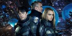 Les agents spatio-temporels Valérian et Laureline, interprétés par Dane DeHaan et Cara Delevingne, en compagnie du réalisateur et scénariste Luc Besson.