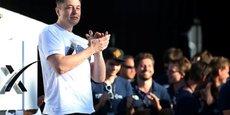 Elon Musk, fondateur de SpaceX et cofondateur de Tesla, félicite WARR Hyperloop de l'Université technique de Munich en Allemagne après avoir remporté le SpaceX Hyperloop Pod Competition II à Hawthorne, en Californie