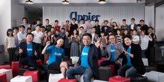 Le PDG et co-fondateur de la start-up Appier, Chih-Han Yu (au centre), avec ses employés.