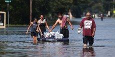Des habitants sauvent des provisions à Port Arthur (Texas), chassés par la tempête Harvey le 31 août 2017.