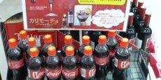Des bouteilles de Coca-Cola, jouxtant des bouteilles de vin rouge de Bordeaux, à Okinawa, au Japon.