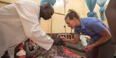 Exercice de formation à la préparation médicale, dans le cadre de la coopération militaire entre les Etats-Unis et le Cameroun, le 8 août 2017, à l'hôpital militaire de Garoua, la capitale de la région du nord du Cameroun.
